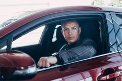 Aantrekkelijke elegante gelukkige mens in goede onderzoek-auto stock afbeelding
