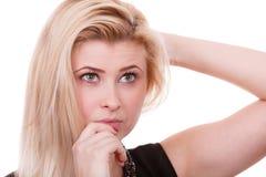 Aantrekkelijke en blondevrouw die denken overwegen Stock Foto's
