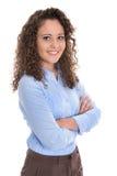 Aantrekkelijke en glimlachende geïsoleerde jonge bedrijfsvrouw in blauw Royalty-vrije Stock Foto's