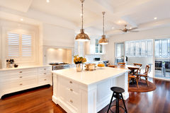 Aantrekkelijke en mooie keuken van een luxehuis stock foto's