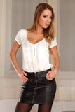 Aantrekkelijke etnische onderneemster in blouse en zwarte rok Royalty-vrije Stock Afbeeldingen
