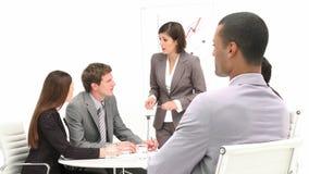 Aantrekkelijke etnische zakenman in het bureau met zijn collega's stock videobeelden