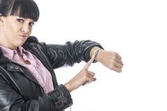 Aantrekkelijke Geërgerde Vrouw die aan haar Horloge richten alsof zij Tijd het Verspillen was stock foto's