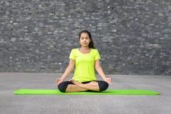 Aantrekkelijke geestelijke jonge vrouw die yoga doen royalty-vrije stock foto's
