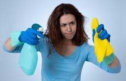 Aantrekkelijke gelezen haired vrouw het boos en rusteloos schoonmaken en huishouden royalty-vrije stock foto's
