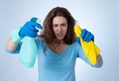 Aantrekkelijke gelezen haired vrouw het boos en rusteloos schoonmaken en huishouden stock foto