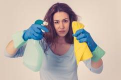 Aantrekkelijke gelezen haired vrouw het boos en rusteloos schoonmaken en huishouden royalty-vrije stock afbeeldingen