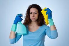 Aantrekkelijke gelezen haired vrouw het boos en rusteloos schoonmaken en huishouden stock afbeelding