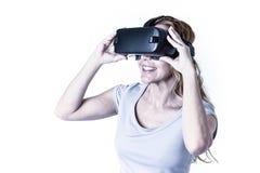 Aantrekkelijke gelukkige en opgewekte vrouw die 3d beschermende brillen gebruiken die 360 op virtuele werkelijkheidsvisie letten Stock Foto's