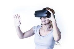 Aantrekkelijke gelukkige en opgewekte vrouw die 3d beschermende brillen gebruiken die 360 op virtuele werkelijkheidsvisie letten Royalty-vrije Stock Foto's