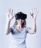 Aantrekkelijke gelukkige en opgewekte vrouw die 3d beschermende brillen gebruiken die 360 op virtuele werkelijkheidsvisie letten stock foto