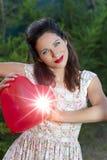 Aantrekkelijke gelukkige glimlachende donkerbruine vrouw Stock Afbeeldingen