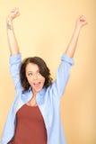 Aantrekkelijke Gelukkige Opgetogen Jonge Vrouw het Uitrekken zich Wapens in Lucht Royalty-vrije Stock Afbeeldingen
