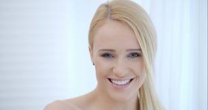 Aantrekkelijke Gelukkige Vrouw achter Witte Doek stock footage
