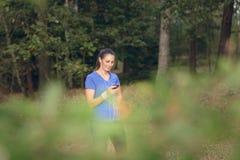 Aantrekkelijke gelukkige vrouw status die aan muziek luisteren Stock Afbeelding