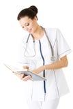 Aantrekkelijke geneeskunde student of arts met boek Royalty-vrije Stock Afbeelding