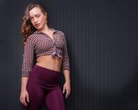 Aantrekkelijke geschikte jonge vrouwelijke stellende status Stock Fotografie