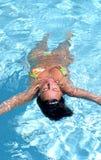 Aantrekkelijke, geschikte vrouw die in zwembad drijven royalty-vrije stock foto's