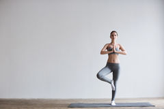 Aantrekkelijke girl do yoga Stock Fotografie