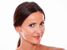 Aantrekkelijke glimlachende donkerbruine jonge slechts vrouw royalty-vrije stock foto's