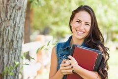 Aantrekkelijke Glimlachende Gemengde Ras Jonge Studente met Schoolboeken stock afbeelding