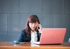 Aantrekkelijke glimlachende jonge bedrijfsvrouw Royalty-vrije Stock Foto