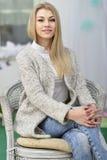Aantrekkelijke glimlachende jonge vrouw Stock Afbeelding
