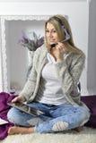 Aantrekkelijke glimlachende jonge vrouw Royalty-vrije Stock Fotografie