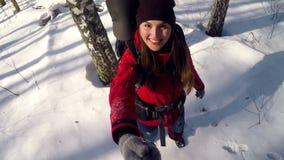 Aantrekkelijke glimlachende positieve wandelaar die in bos lopen die selfie nemen stock videobeelden