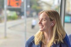 Aantrekkelijke glimlachende vrouw die aan muziek luisteren stock foto's