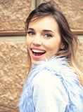 Aantrekkelijke glimlachende vrouw in het vest van het fauxbont royalty-vrije stock foto