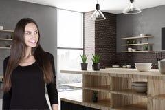 Aantrekkelijke glimlachende vrouw in keuken Royalty-vrije Stock Afbeelding