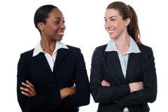 Aantrekkelijke glimlachende vrouwelijke stafmedewerkers Stock Foto's