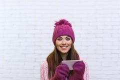 Aantrekkelijke het Berichtmededeling die van Tienertexting Cel Slimme Telefoon met behulp van Royalty-vrije Stock Foto