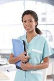 Aantrekkelijke het gevalbladen van de verpleegstersholding stock foto's