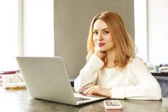 Aantrekkelijke hipster jonge vrouw in het moderne restaurant van de de koffiewinkel van de zolderkoffie Schrijver, blogger, ontwe stock foto