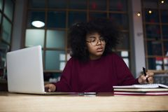 Aantrekkelijke hipstermeisje het schrijven poging stock afbeelding