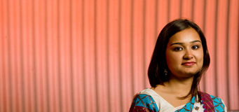 Aantrekkelijke Indische dame in traditioneel kostuum stock fotografie