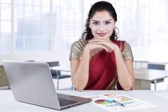 Aantrekkelijke Indische onderneemster die in bureau glimlachen royalty-vrije stock afbeeldingen