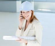 Aantrekkelijke ingenieur op telefoon Stock Foto's