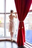 Aantrekkelijke jonge ballerina dichtbij een venster Royalty-vrije Stock Foto