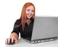 Aantrekkelijke jonge bedrijfsvrouw die aan laptop werken Royalty-vrije Stock Afbeelding