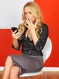 Aantrekkelijke Jonge Bedrijfsvrouw die een Mobiele Telefoon met behulp van Royalty-vrije Stock Afbeelding