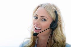 Aantrekkelijke Jonge Bedrijfsvrouw die een Telefoonhoofdtelefoon met behulp van Royalty-vrije Stock Afbeelding