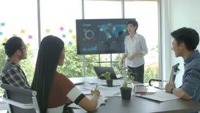 Aantrekkelijke jonge bedrijfsvrouw die presentatie in de conferentieruimte maken stock videobeelden