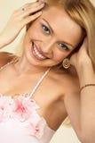 Aantrekkelijke jonge blonde vrouw. Close-up. royalty-vrije stock afbeeldingen
