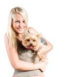 Aantrekkelijke jonge blonde vrouw en haar hond. royalty-vrije stock fotografie