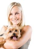 Aantrekkelijke jonge blonde vrouw en haar hond. stock foto
