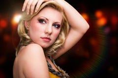 Aantrekkelijke jonge blondevrouw voor een lichte achtergrond stock afbeeldingen