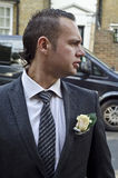 Aantrekkelijke jonge bruidegom op de straat Royalty-vrije Stock Foto's
